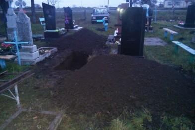 Жінка розкопала могилу діда, щоб дістати фотографію