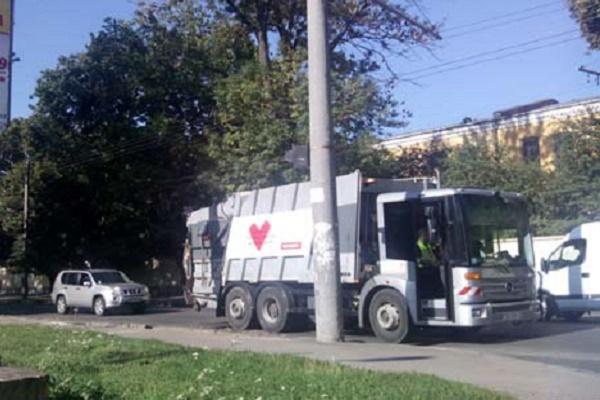 """У Рівному агітацію """"Батьківщини"""" возять на сміттєвозах"""