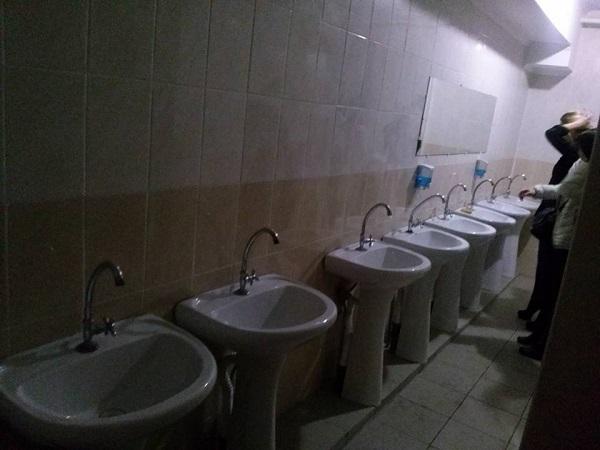 Туалети в міському будинку культури, як на вокзалі