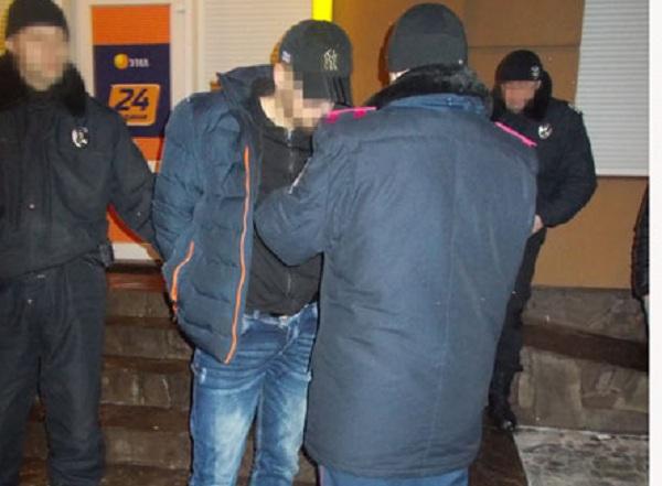 """Хотіли """"збити"""" 20 тисяч гривень, а поранили поліцейських"""